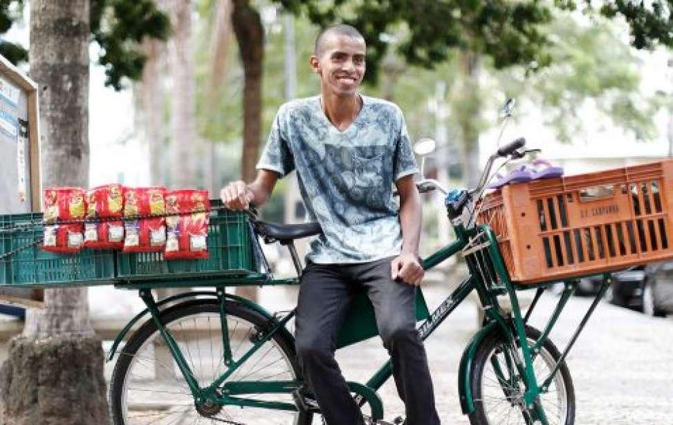Bikers Rio pardo   SUA HISTÓRIA   Ambulante de Caxias pedala mais de 90 km por dia pra vender doces na Zona Sul do Rio