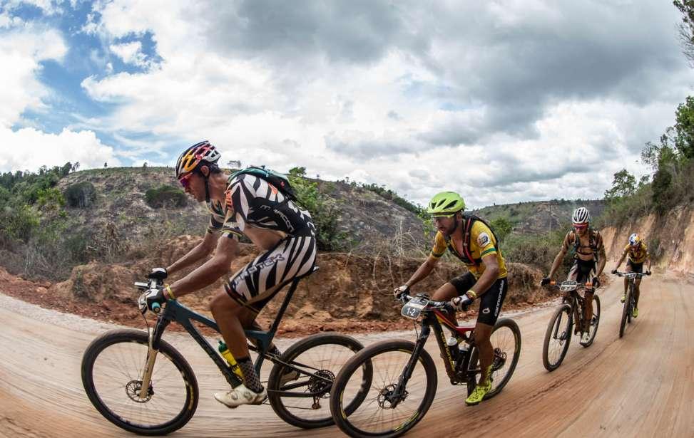 Bikers Rio pardo | Notícia | Líderes Avancini e Fumic fazem marcação cerrada a Ferreira e Becking na quinta etapa da Brasil Ride